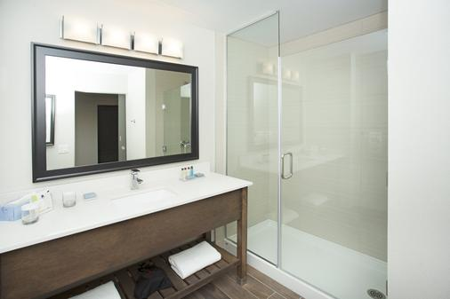 Wingate by Wyndham Calgary Airport - Calgary - Bathroom