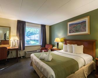 Quality Inn and Suites Conference Center - West Chester - Спальня