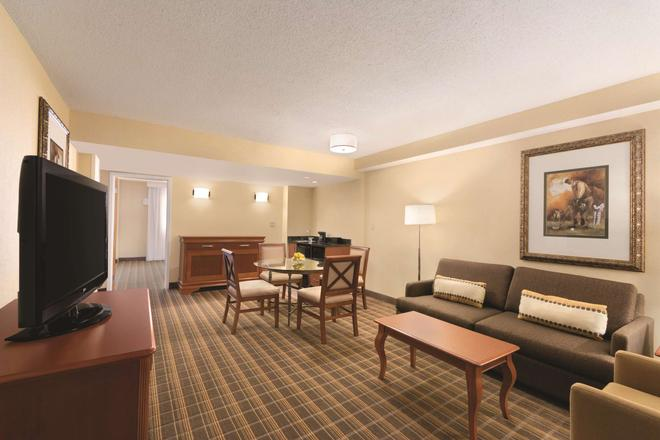 Embassy Suites by Hilton Greenville Golf Resort & Conf Ctr - Greenville - Living room