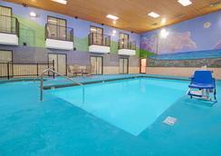 Days Inn by Wyndham East Albuquerque - Albuquerque - Pool