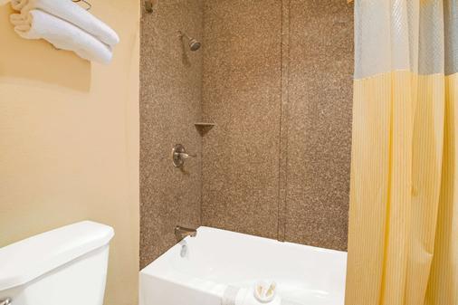 Days Inn by Wyndham East Albuquerque - Albuquerque - Bathroom