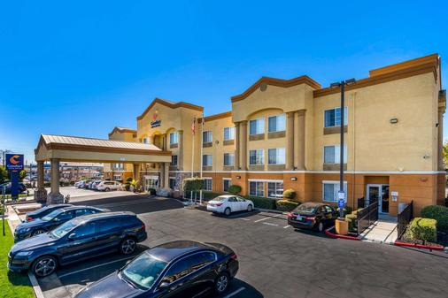 Comfort Inn & Suites Sacramento - University Area - Sacramento - Building