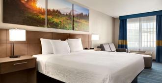 Days Inn & Suites by Wyndham Anaheim At Disneyland Park - Anaheim - Bedroom