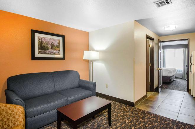 Comfort Inn & Suites - Ashland - Living room