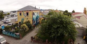 Bazil's Hostel & Surf School - Westport
