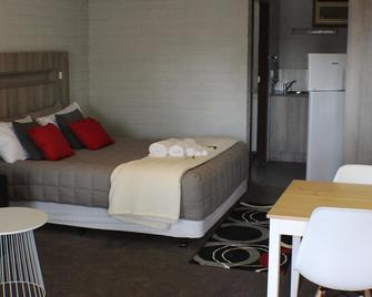 Thomas Lodge Motel - Tocumwal - Bedroom