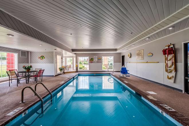 Guesthouse Inn & Suites Lexington - Lexington - Pool