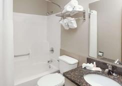 Super 8 by Wyndham Elkhart - Elkhart - Bathroom