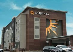 La Quinta Inn & Suites by Wyndham Wichita Airport - Wichita - Rakennus