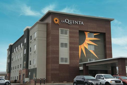 La Quinta Inn & Suites by Wyndham Wichita Airport - Wichita - Rakennus