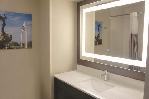 La Quinta Inn & Suites by Wyndham Wichita Airport - Wichita - Kylpyhuone