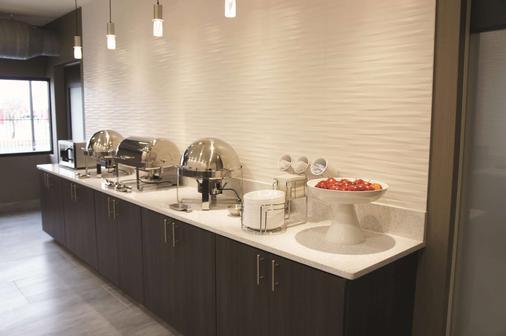 La Quinta Inn & Suites by Wyndham Wichita Airport - Wichita - Buffet
