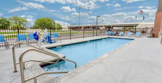 La Quinta Inn & Suites by Wyndham Wichita Airport - Wichita