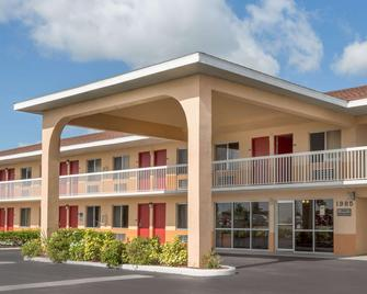 Howard Johnson by Wyndham Vero Beach/I-95 - Vero Beach - Edificio