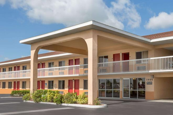 Howard Johnson by Wyndham Vero Beach/I-95 - Vero Beach - Building