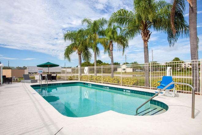 Howard Johnson by Wyndham Vero Beach/I-95 - Vero Beach - Pool