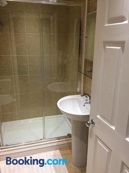 Halfway House - Worcester - Bathroom