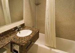 Travelodge by Wyndham, Fresno Convention Center Area - Fresno - Bathroom