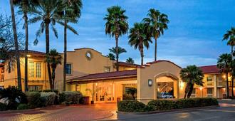 La Quinta Inn by Wyndham Laredo I-35 - Laredo - Building