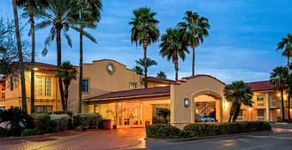 La Quinta Inn by Wyndham Laredo I-35 - לארדו - בניין