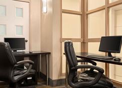 Travelodge by Wyndham Oshawa Whitby - Oshawa - Centro de negocios