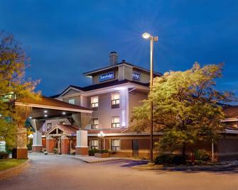 Travelodge by Wyndham Oshawa Whitby - Oshawa - Gebäude