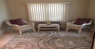 2 Blocks to the Beach / 2 Bedroom / 2 Bath / Immaculate - Atlantic City - Wohnzimmer