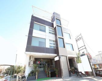 Oyo 1355 Hotel Dream - Zerakpur - Building