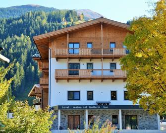 Hotel Herzdrei Hotel-Bar-Restaurant - Hollersbach im Pinzgau - Building
