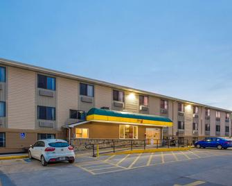 Super 8 by Wyndham Iowa City/Coralville - Коралвилль - Здание