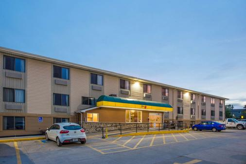 Super 8 by Wyndham Iowa City/Coralville - Coralville - Κτίριο