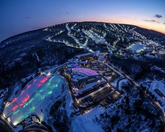 Camelback Lodge & Aquatopia Indoor Waterpark - Tannersville - Outdoors view