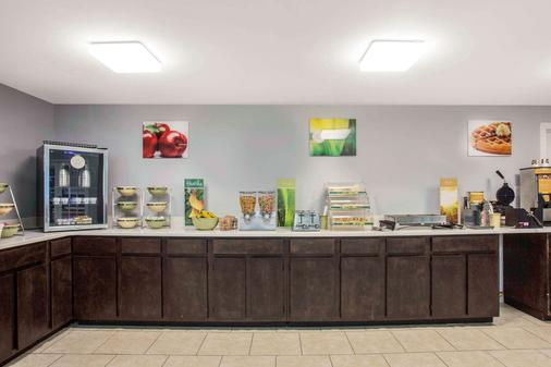 Quality Inn and Suites Univ Area - Charlotte - Buffet