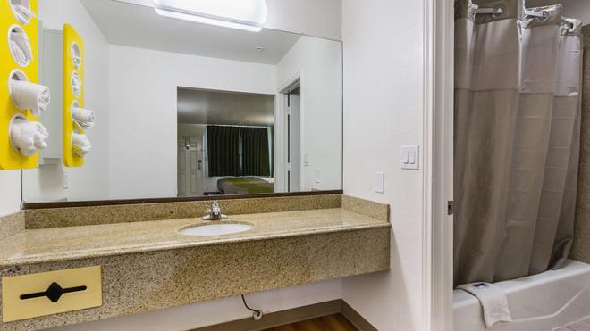 德克薩斯聖馬可 6 號汽車旅館 - 聖馬可斯 - 聖馬科斯 - 浴室