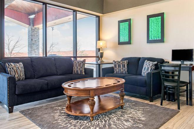 Quality Inn & Suites - Miamisburg - Living room