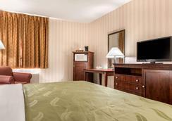 Quality Inn & Suites - Miamisburg - Bedroom