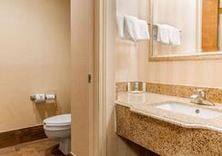 Quality Inn & Suites - Miamisburg - Bathroom