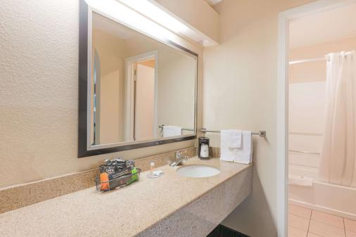Days Inn by Wyndham New Braunfels - New Braunfels - Bathroom
