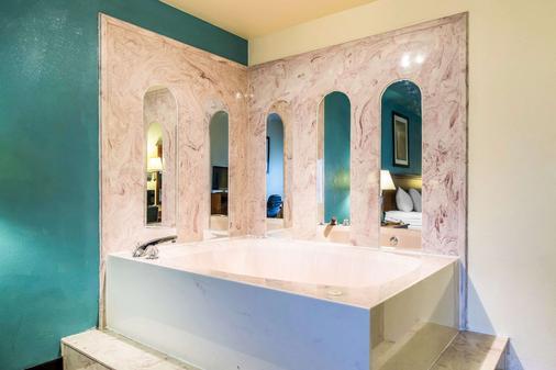 Quality Inn and Suites Memphis East - Memphis - Bathroom