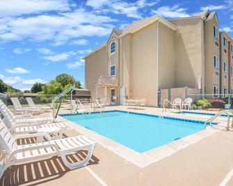 Microtel Inn & Suites by Wyndham Claremore - Claremore - Zwembad