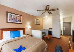 Days Inn and Suites Webster NASA-Clear Lake-Houston - Webster - Bedroom