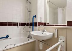Days Inn by Wyndham Gretna Green M74 - Gretna - Bathroom