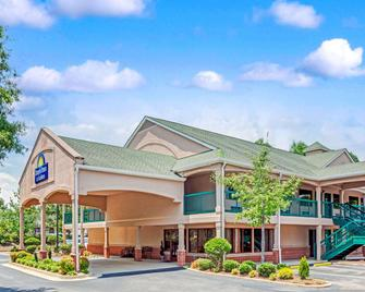 Days Inn & Suites by Wyndham Peachtree City - Peachtree City - Gebäude