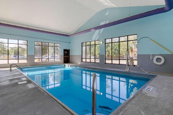 Econo Lodge Inn & Suites Fairgrounds - Des Moines - Pool