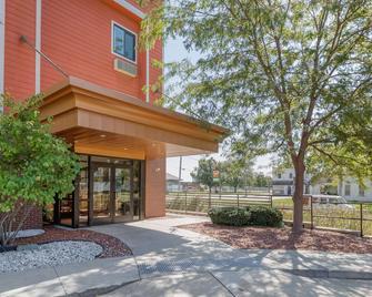 Econo Lodge Inn & Suites Fairgrounds - Де-Мойн - Building