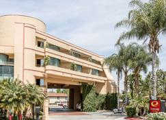 Econo Lodge Inn & Suites - Riverside - Building