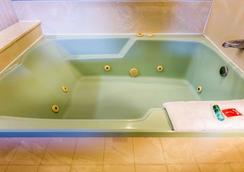 Econo Lodge Inn & Suites - Riverside - Hotellin palvelut