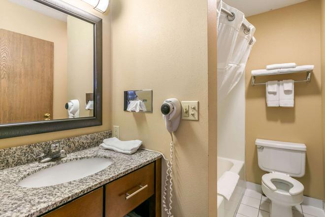 Rodeway Inn - Rapid City - Bathroom