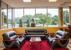 Rodeway Inn MacArthur Airport - Ronkonkoma - Lounge