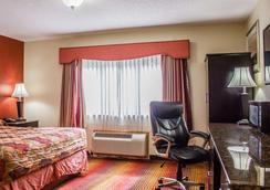Rodeway Inn MacArthur Airport - Ronkonkoma - Bedroom